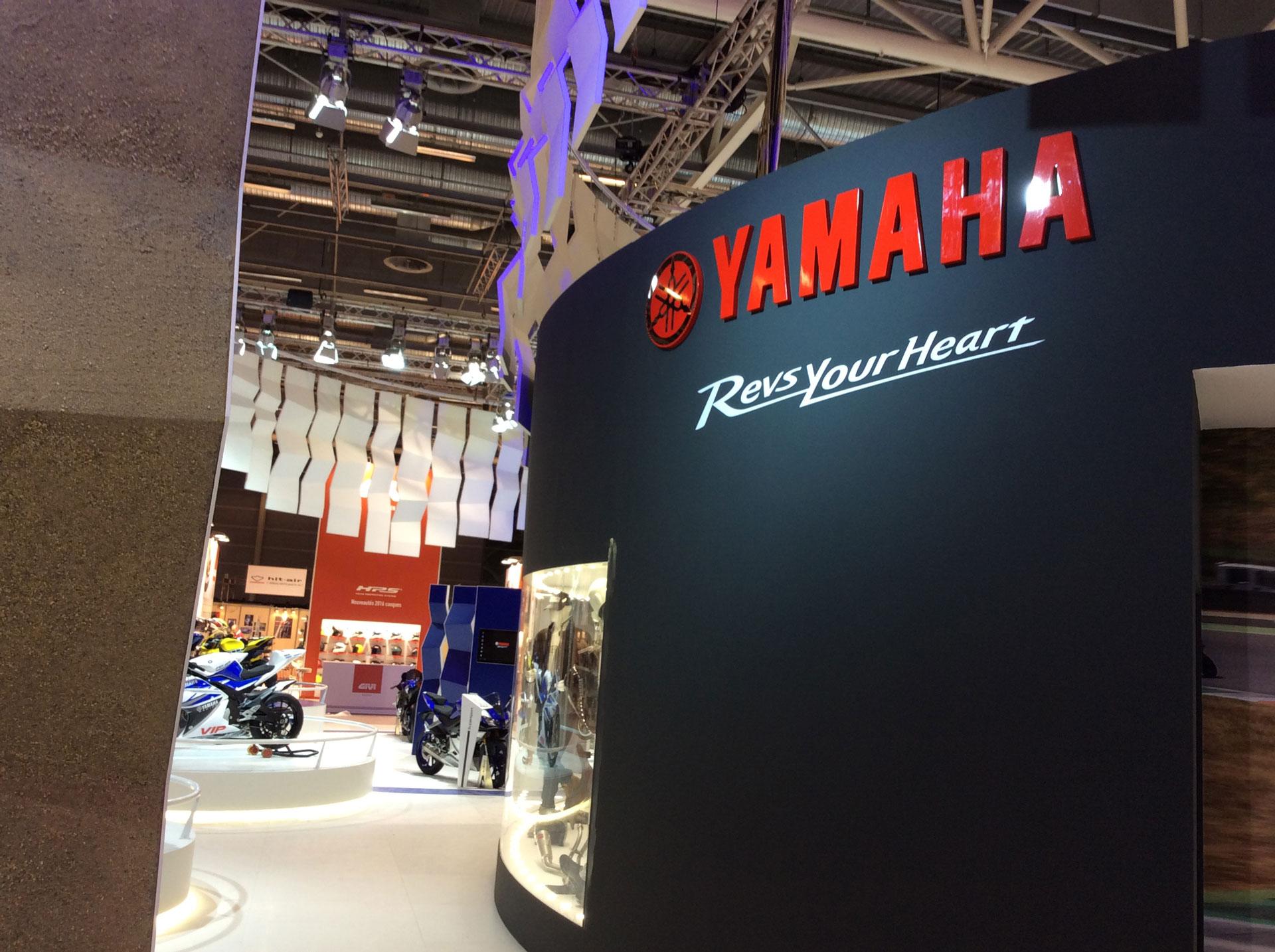 Salon de la moto 2015 le stand yamaha s 39 appr te for Montage stand salon
